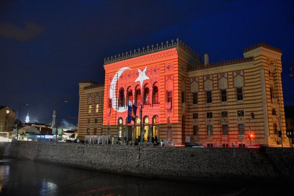 Povodom treće godišnjice pokušaja puča sarajevska Vijećnica u bojama zastave Turske