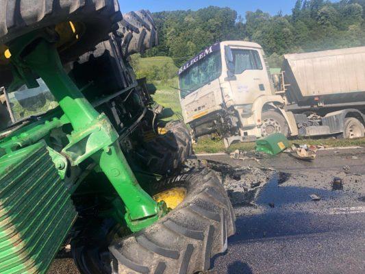 Gradačac: Kamion udario u radnu mašinu, troje povrijeđenih