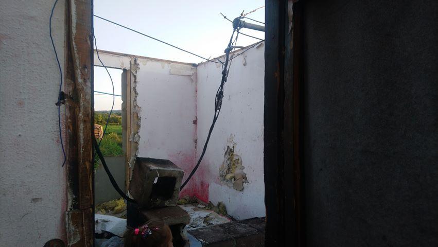 FOTO: Zabrinuti roditelji iz naselja Diren apleuju da se sanira oštećena elektro mreža i napuštene kuće poruše!